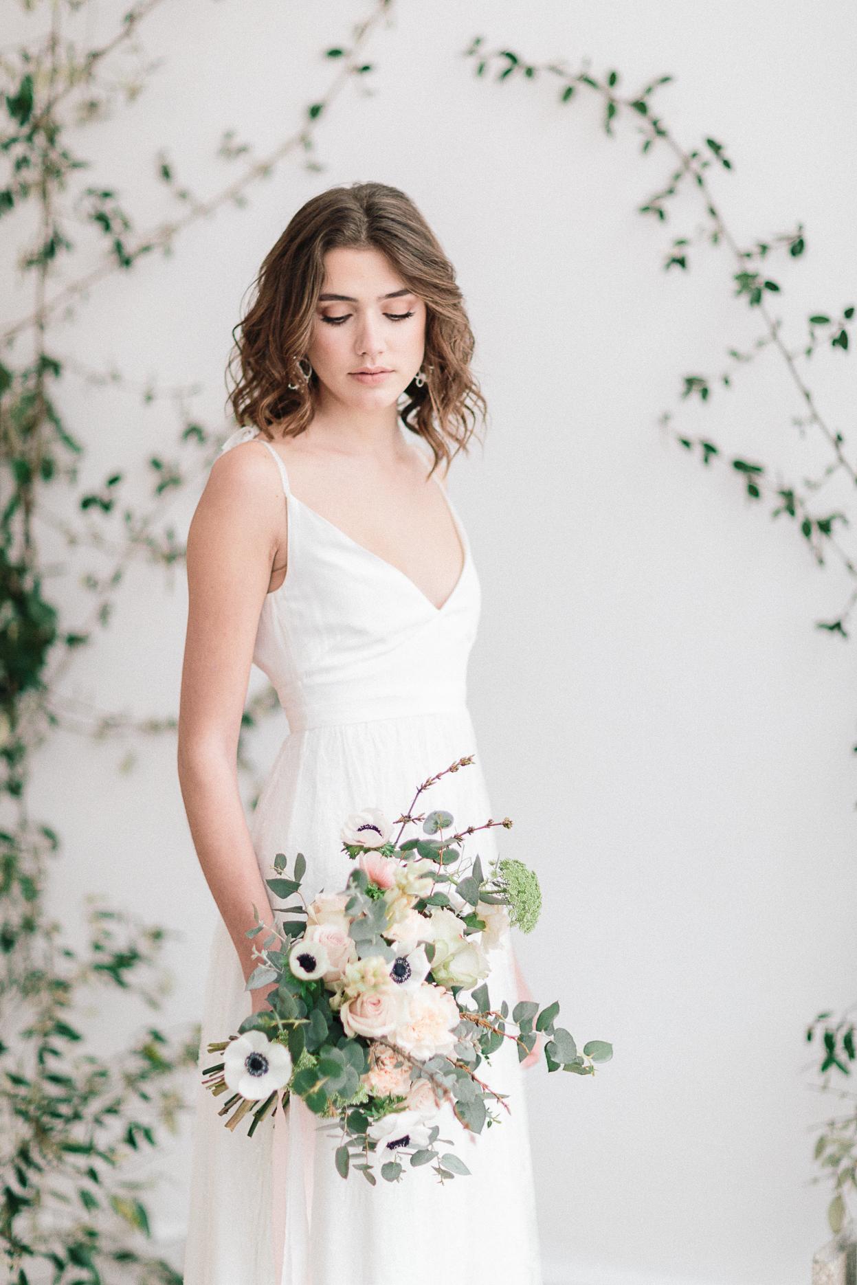 mariée debout avec bouquet mariage romantique minimaliste et industriel