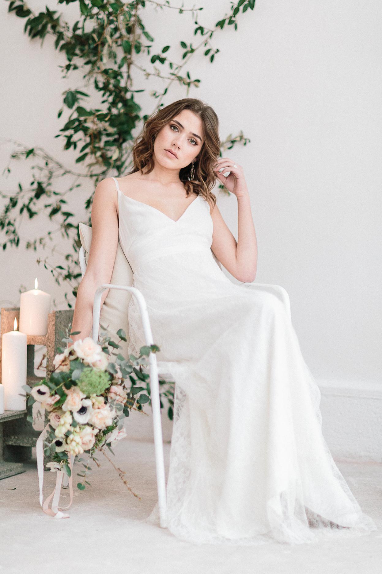 mariée assise avec bouquet mariage romantique minimaliste et industriel