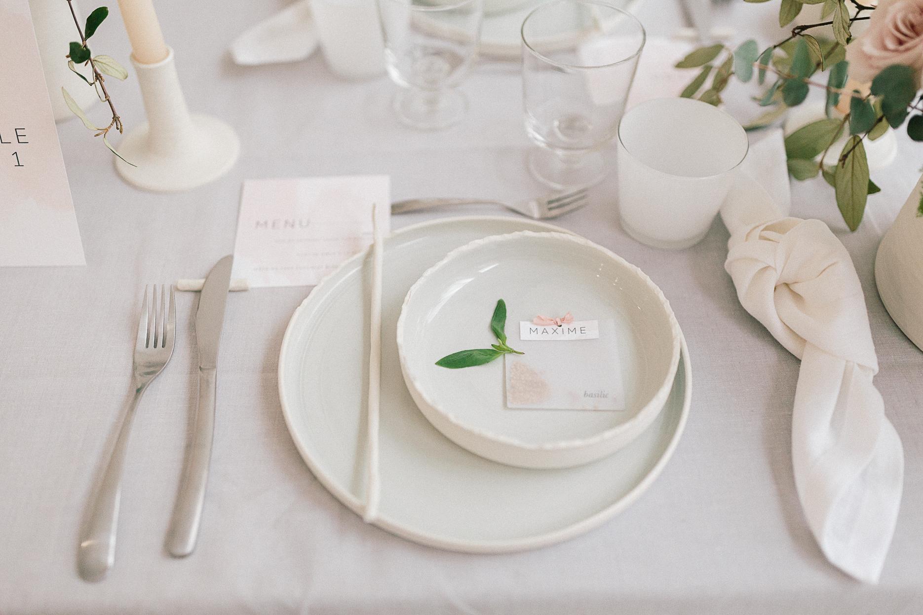 assiette moderne blanche ronde avec menu aquarelle mariage romantique minimaliste et industriel