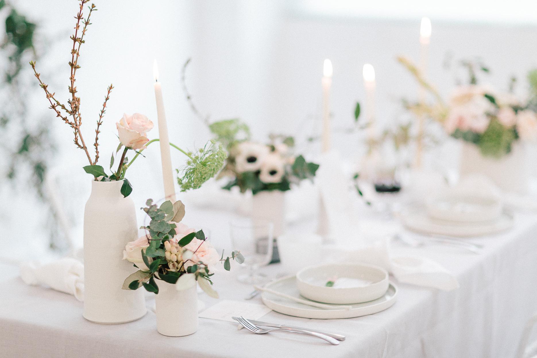 composition centrale florale avec fleur rose eucalyptus anémone decoration table mariage romantique minimaliste et industriel