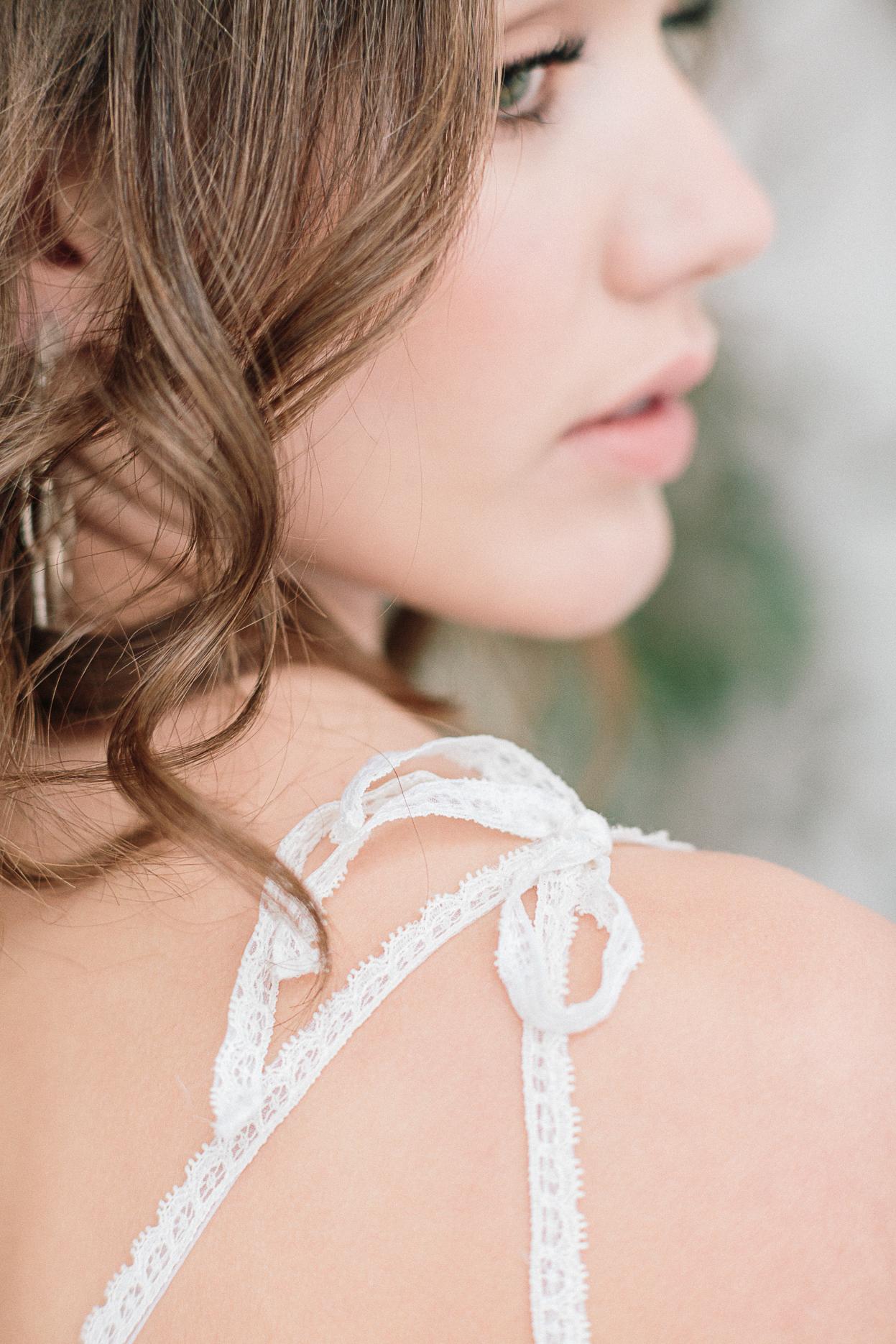 détail robe aurelia hoang bretelle dentelle mariage romantique minimaliste et industriel