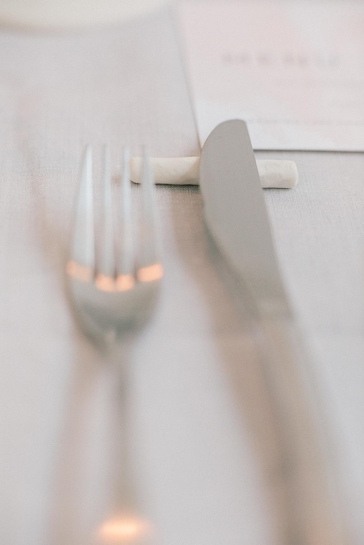 couvert et porte couteau moderne céramique decoration table mariage romantique minimalsite industriel