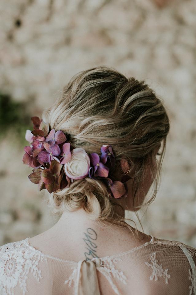 coiffure chignon et fleur mariée inspiration mariage blush plum et nude
