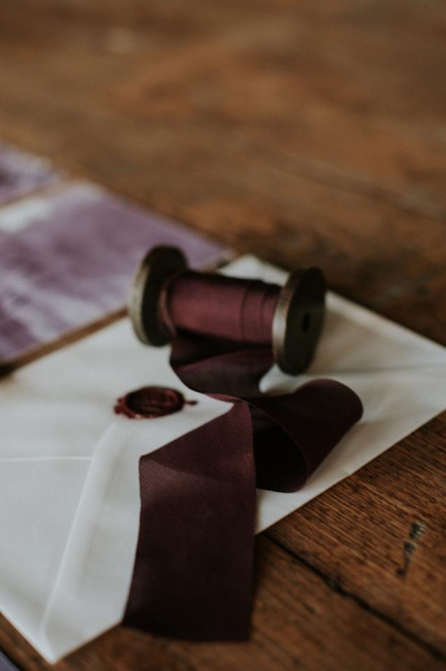 inspiration mariage blush et plum ruban en soie pour papeterie faire-part