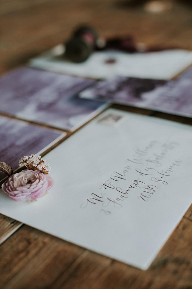 enveloppe calligraphie moderne faire-part mariage blush et plum
