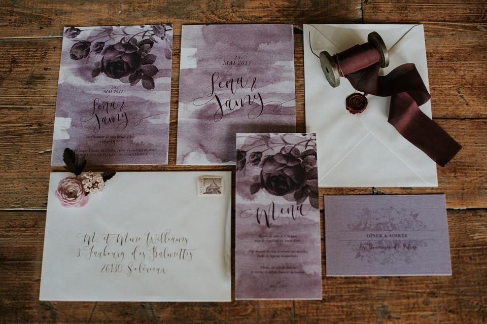 papeterie mariage faire-part blush plum fleur botanqiue aquarelle et enveloppe calligraphie moderne