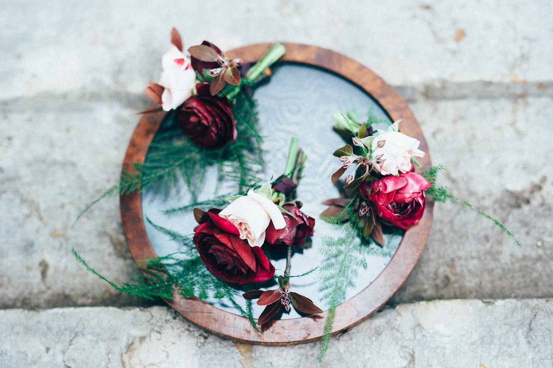 inspiration mariage pourpre boutonnière fleurs