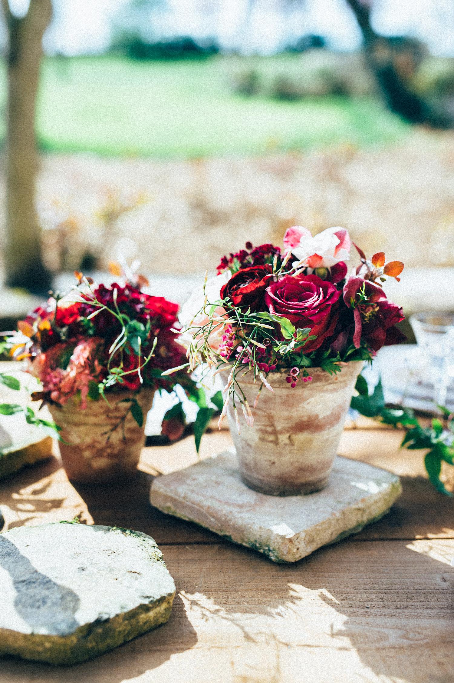 inspiration mariage compositions florales pourpre terre cuite