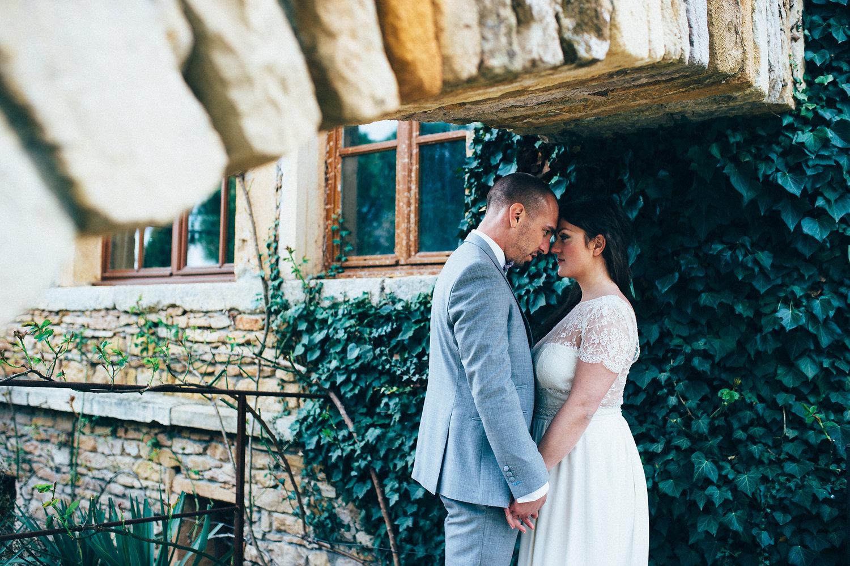 inspiration mariage photo couple devant mur du domaine de de la ruisselière