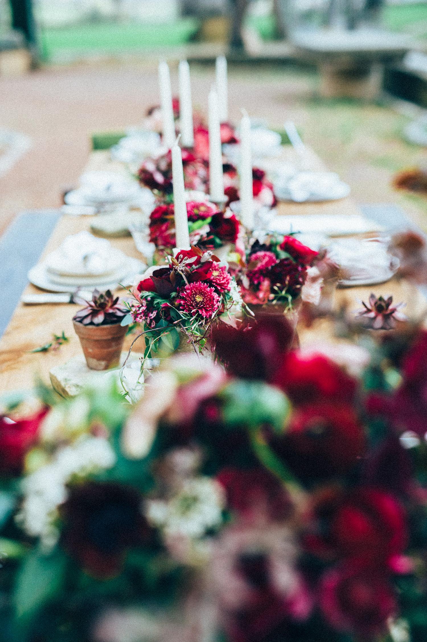 inspiration decoration table mariage pourpre bouquets fleurs