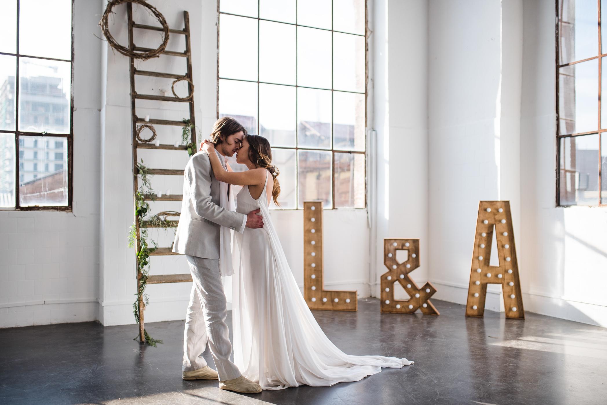 photo couple devant fenêtre lettres lumineuses mariage industriel