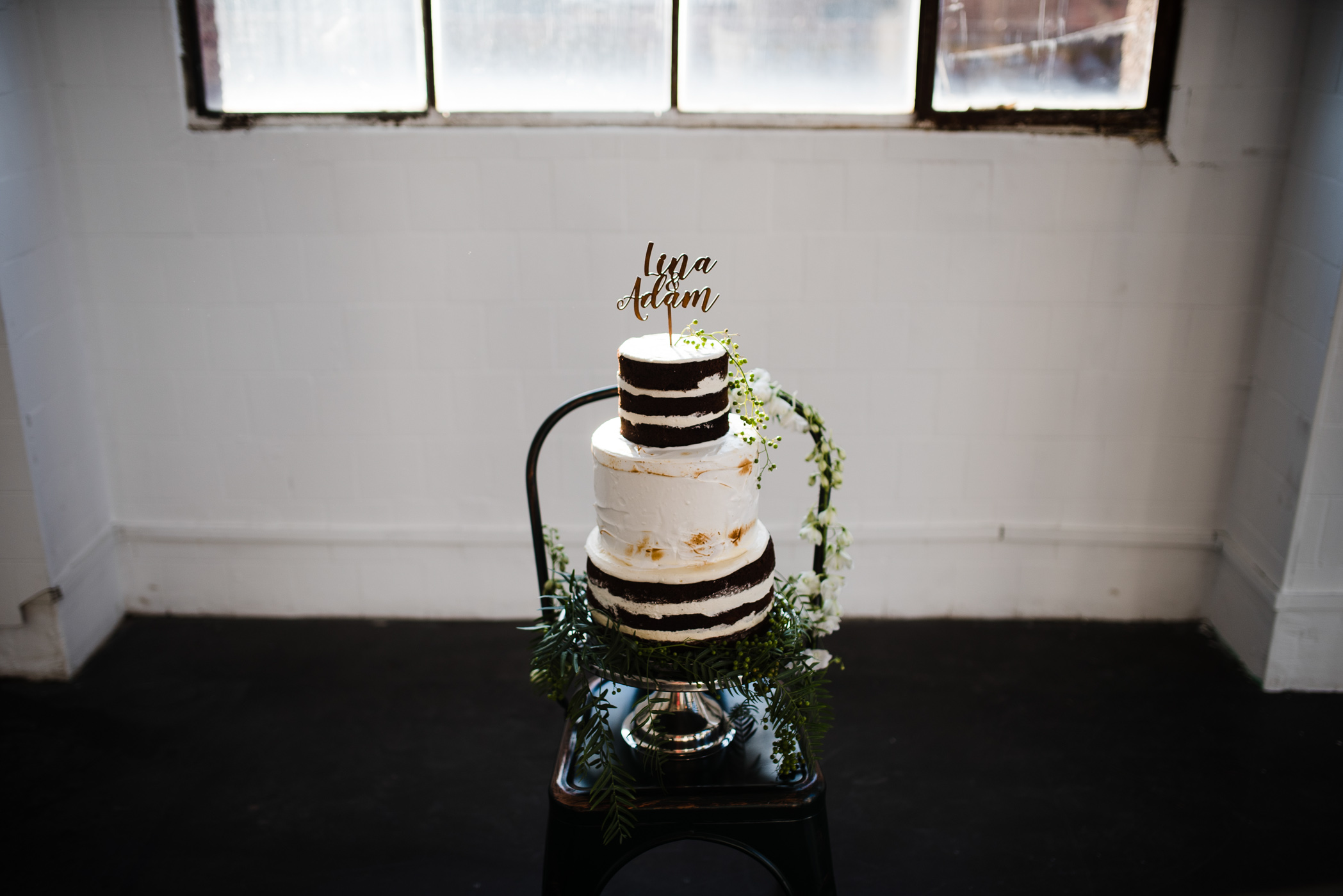 gateau layercake avec cake topper prénoms save the date en bois mariage industriel
