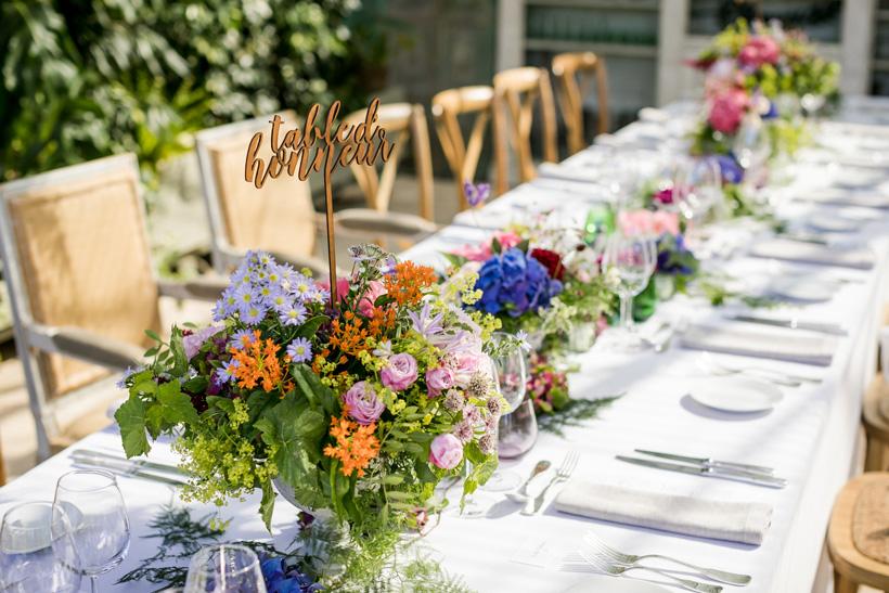 table mariage coloré au domaine Gatzelur dans la serre avec numéro de table découpé au laser