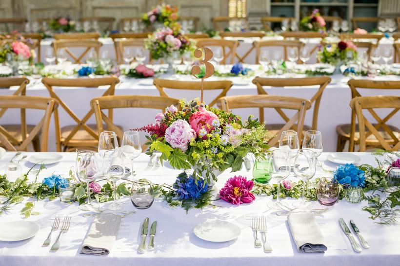 table mariage coloré au domaine Gatzelur dans la serre avec numéro de tabel en bois découpé au laser