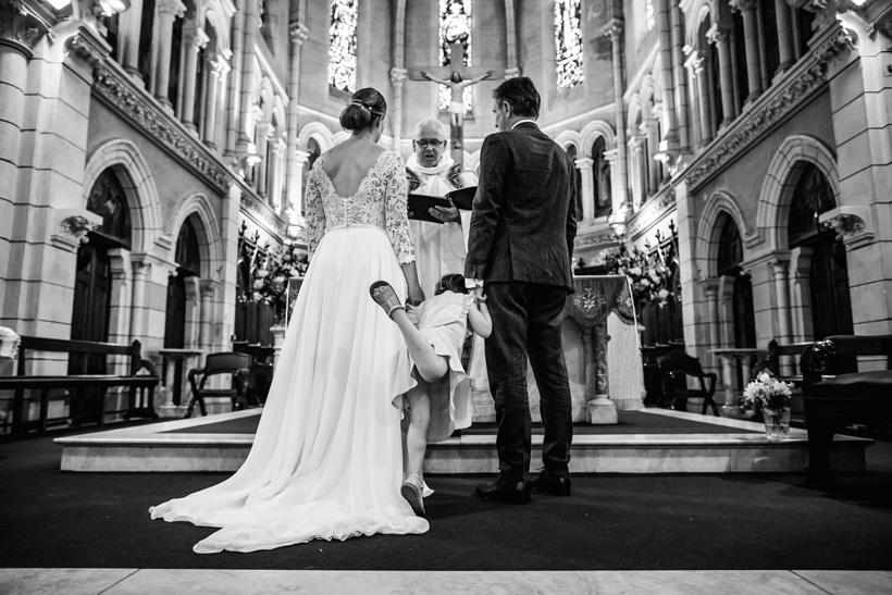 Mariée de dos pour la cérémoniereligieuse dans l'Eglise au pays basque