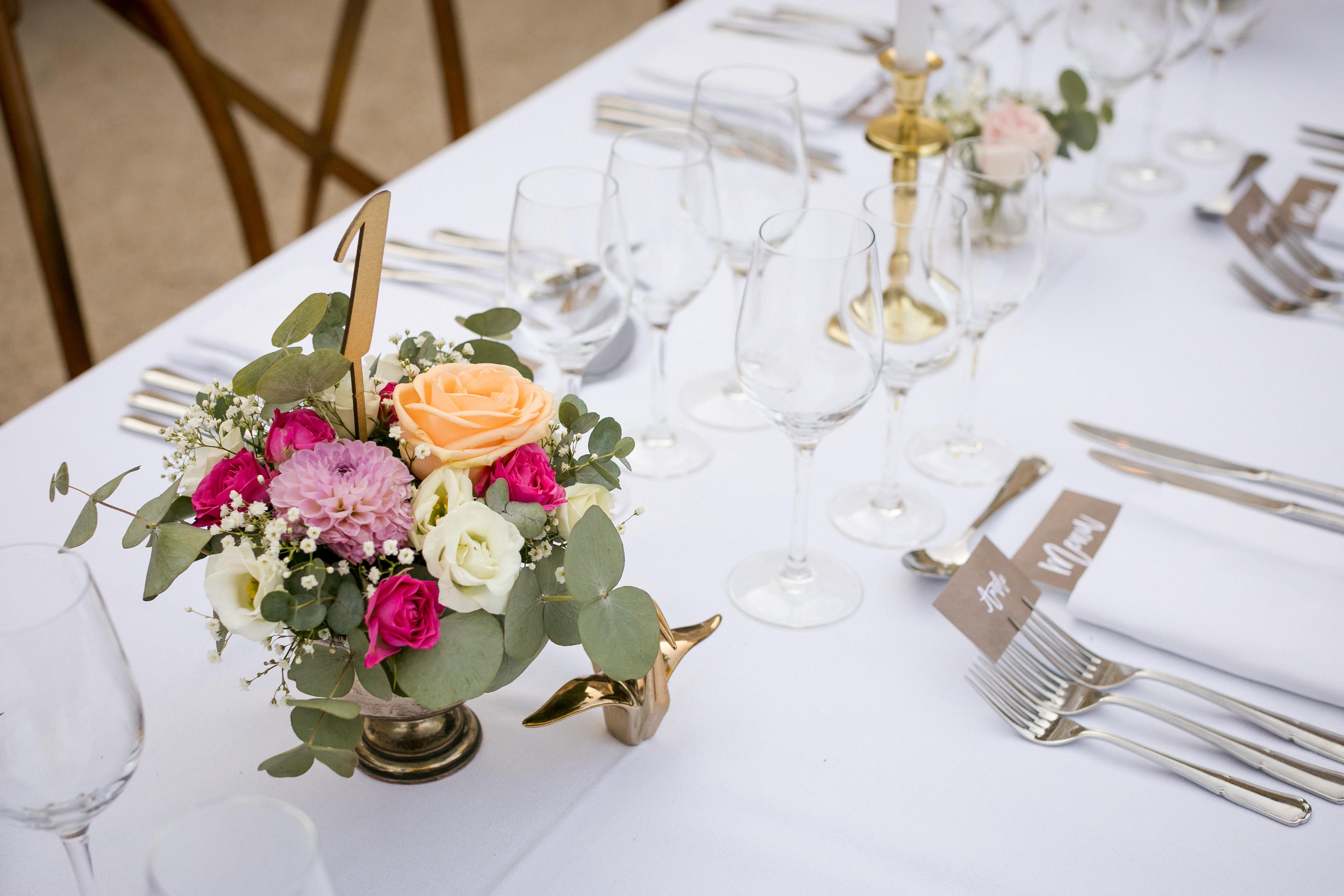 mariage pastel vintage clos de tuillier provence bouquet table de mariage numéros se table en bois