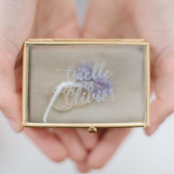 gravure de la boite à alliance en verre et métal couleur or