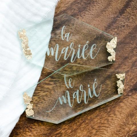 détail marque-place plexi effet verre finition or avec calligraphie