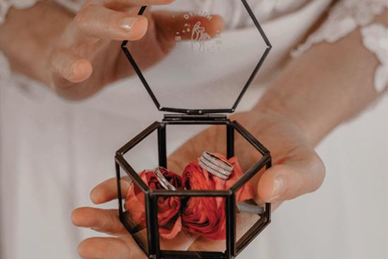 boite à alliances en verre et laiton personnalisée pour le mariage avec monogramme collection celestine