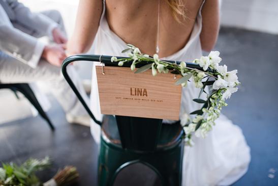 pancarte bois gravé prénom mariée avec decoration florale sur chaise